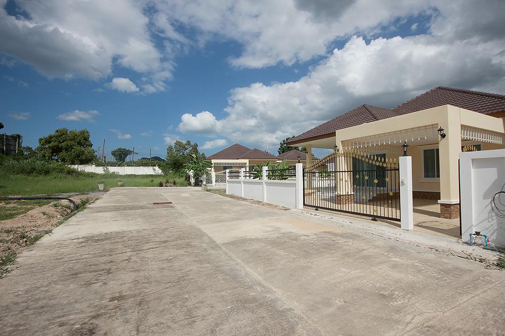 Beautiful Villa with Large Community Pool