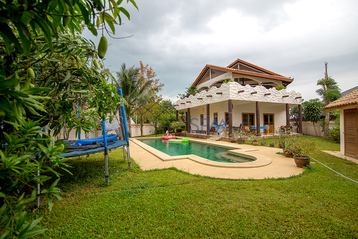 Beautiful House, Large land with Private Pool for Rent at Cha Am town